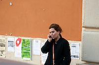 Roma 12  Dicembre  2011.La polizia giudiziaria si è presentata in piazza dei Sanniti a San Lorenzo con l'intenzione di porre i sigilli all'ex Cinema Palazzo, gli occupanti   stanno trattando con  le autorità giudiziarie per  evitare la chiusura. L'attrice Sabina Guzzanti davanti all'Ex cinema Palazzo