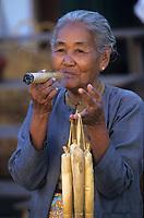 Asie/Birmanie/Myanmar/Bagan: Marché de Nyang-Oo - Marchande de cigares