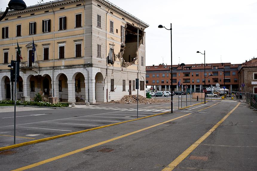 Sant'Agostino (FE) - 24 maggio 2012.   La piazza del municipio.