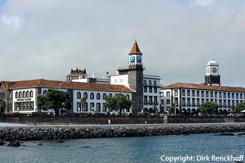 Skyline am Hafen von Ponta Delgada auf der Insel Sao Miguel, Azoren, Portugal