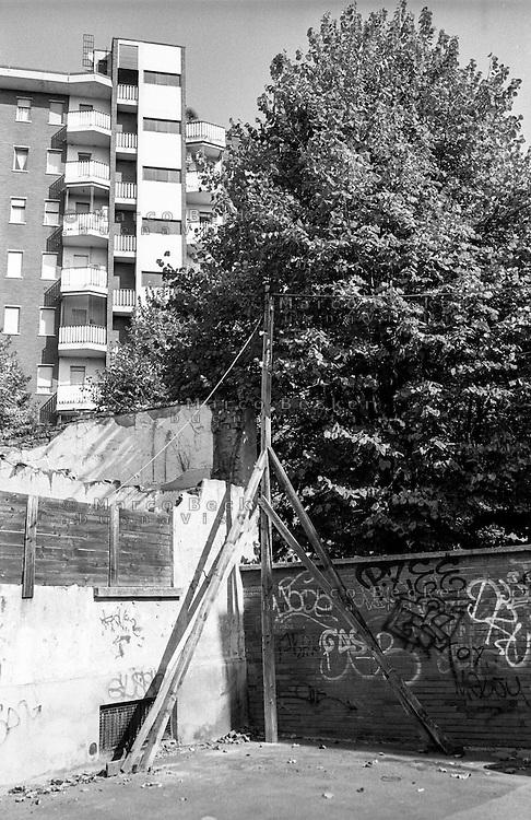 Milano, quartiere Dergano, periferia nord. Vecchio traliccio di legno --- Milan, Dergano district, north periphery. Old wooden pylon