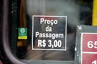 SÃO PAULO, SP - 24.06.2013: REDUÇÃO TARIFA DO ONIBUS - Volta a valer hoje o antigo valor da passagem de Ionibus e Metro na cidade de São Paulo, o valor que tinha sido reajustado para 3,20 volta a ter o valor de 3,00 nesta segundo (24). (Foto: Marcelo Brammer/Brazil Photo Press)