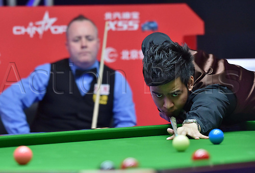 01.04.2016. Beijing, China.  Noppon Saengkham (R) of Thailand takes a shot during the match against John Higgins of Scotland at the 2016 World Snooker China Open in Beijing, capital of China, April 1, 2016.