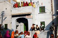 12.11.2008Pushkar(Rajasthan)<br /> <br /> Street scene with pilgrims,womens and family during the annual fair.<br /> <br /> Sc&egrave;ne de rue avec des p&egrave;lerins des femmes et des familles pendant la foire annuelle.