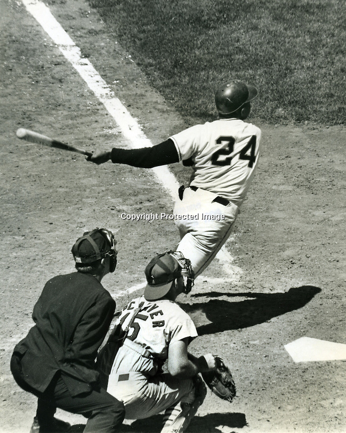 Willie Mays hits HR to right center. .(photo/Ron Riesterer)