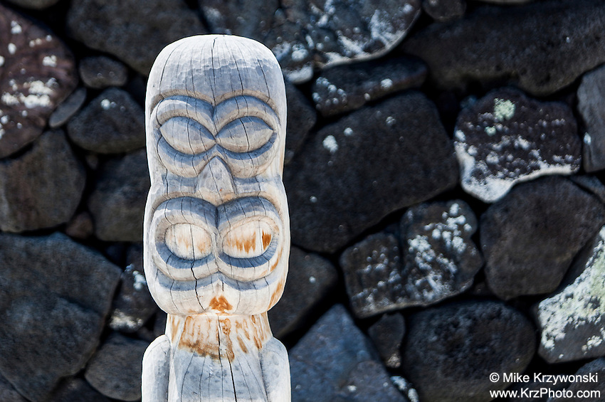 Hawaiian tiki statue in Pu'uhonua o Honaunau place of refuge national historical park, Big Island, Hawaii