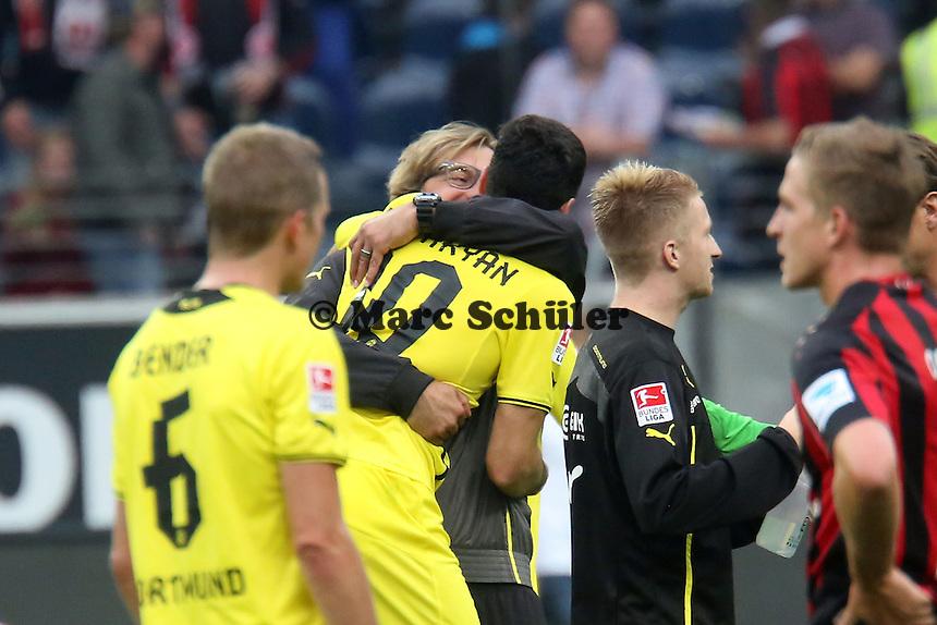 Henrikh Mkhitaryan (BvB) wird von Trainer Juergen Klopp gedrueckt - Eintracht Frankfurt vs. Borussia Dortmund