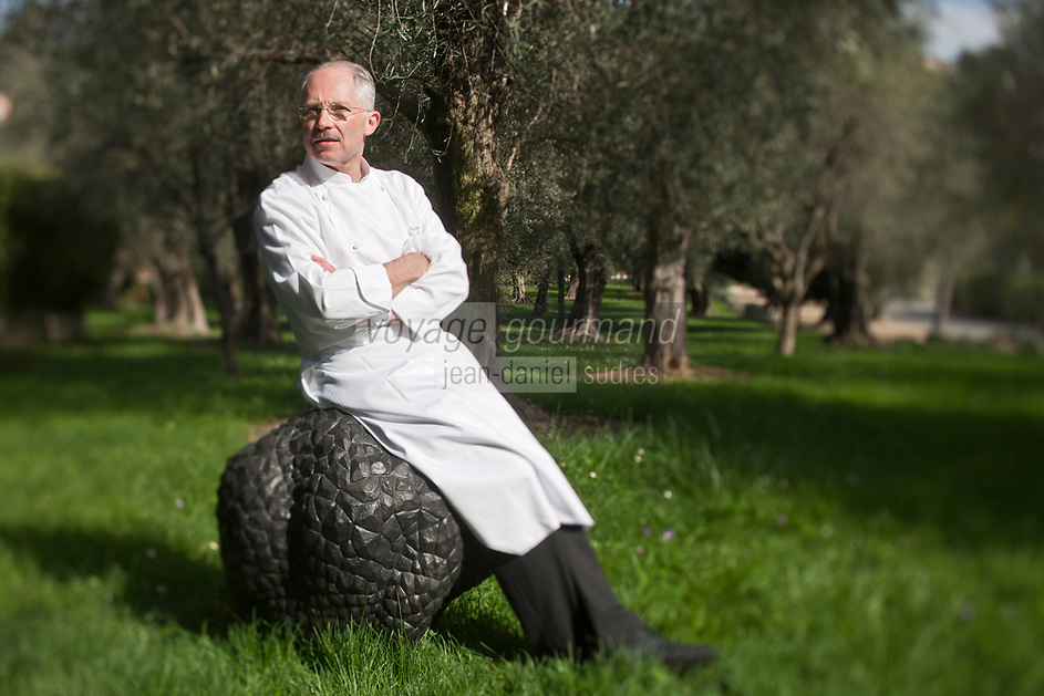 Europe/France/Provence-Alpes-Côte d'Azur/06/Alpes-Maritimes/Grasse:  Jacques Chibois sur sa truffe géante et sculptée - La Rabasse  par Hans Hedberg dans le parc de la  La Bastide Saint-Antoine [Non destiné à un usage publicitaire - Not intended for an advertising use]