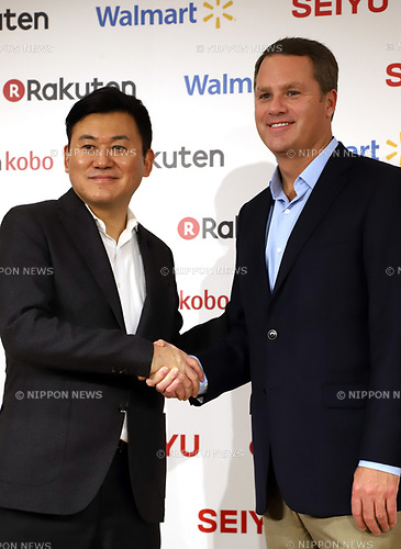 "January 26, 2018, Tokyo, Japan - Japanese online commerce giant Rakuten president Hiroshi Mikitani shakes hands with US retail giant Walmart president Doug McMillon as they announce a new strategic alliance on the e-commerce at the Rakuten headquarters in Tokyo on Friday, January 26, 2018. Rakuten and Walmart will launch a new online grocery delivery service ""Rakuten Seiyu Netsuper"" in Japan in this year. (Photo by Yoshio Tsunoda/AFLO) LWX -ytd-"