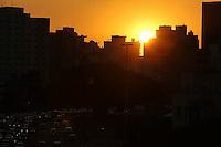 SÃO PAULO,SP, 16.06.2016 - CLIMA-SP - Por-do-sol visto a partir do bairro da Bela Vista na região central de São Paulo, nesta quinta-feira, 16. (Foto: Vanessa Carvalho/Brazil Photo Press)