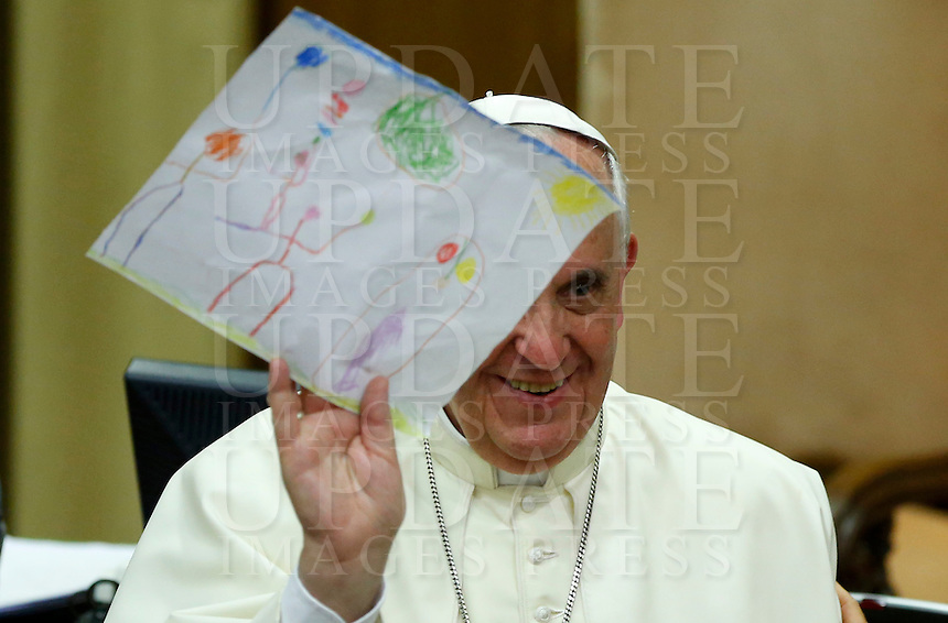 Papa Francesco riceve un disegno durante l'udienza con i partecipanti all'Incontro Mondiale dei Dirigenti di Scholas Occurentes, nell'Aula del Sinodo, Citta' del Vaticano, 4 settembre 2014.<br /> Pope Francis receives a drawing during his audience to participants in the &quot;Scholas Occurentes&quot; executives world meeting, at the Vatican, 4 September 2014.<br /> UPDATE IMAGES PRESS/Riccardo De Luca<br /> <br /> STRICTLY ONLY FOR EDITORIAL USE