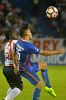 BARRANQUIILLA - COLOMBIA, 19-09-2017: Yimmi Chara (Izq) del Atlético Junior de Colombia disputa el balón con Jorge Rojas (Der) jugador de Cerro Porteño de Paraguay durante partido de vuelta por los octavos de final, llave 5, de la Copa CONMEBOL Sudamericana 2017  jugado en el estadio Metropolitano Roberto Meléndez de la ciudad de Barranquilla. / Yimmi Chara (L) player of Atlético Junior of Colombia struggles the ball with Jorge Rojas (R) player of Cerro Porteño of Paraguay during second leg match for the eight finals, key 5, of the Copa CONMEBOL Sudamericana 2017played at Metropolitano Roberto Melendez stadium in Barranquilla city.  Photo: VizzorImage/ Alfonso Cervantes / Cont