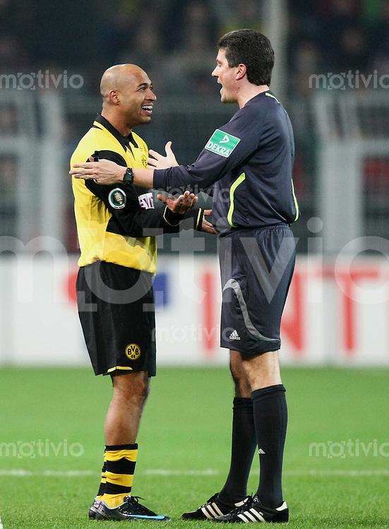 Fussball   DFB POKAL    Achtelfinale   Saison 2007/2008       Borussia Dortmund  2-1  SV Werder Bremen                 29.01.2008 Dede (li,Dortmund) mit Schiedsrichter Herbert Fandel