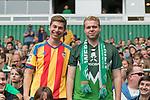 05.08.2017, Weserstadion, Bremen, GER, FSP, SV Werder Bremen (GER) vs FC Valencia (ESP)<br /> <br /> im Bild<br /> Valencia Fan neben Werder Fan in Trikots, <br /> <br /> Foto © nordphoto / Ewert