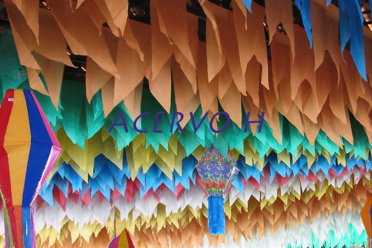Pequenas bandeiras feitas de papel de seda enfeitam quadra junina na grande Bel&eacute;m.<br /> Ananindeua, Par&aacute;, Brasil.<br /> Foto Laura Rocha<br /> 24/06/2017