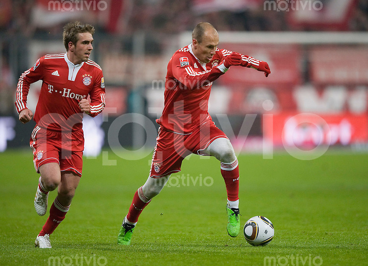 Fussball Bundesliga 2009/2010 FC Bayern Muenchen - TSG Hoffenheim Arjen ROBBEN (r) in Strumpfhose mit Philipp LAHM (FCB).