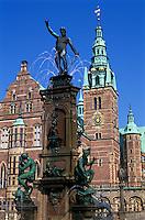 Denmark, Zealand, Hillerod: Frederiksborg Castle, detail of facade with fountain | Daenemark, Insel Seeland, Hilleroed: Schloss Frederiksborg mit Brunnen, Detail