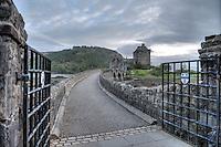 Eilean Donan Castle nahe der Ortschaft Dornie  im Loch Duich und Loch Alsh in den North West Highlands.<br /> Das Castle wurde 1214 vom Clan der MacKenzies erbaut und spaeter waehrend des Jacobiner-Aufstands zerstoert. Anfang des 20.Jh. wurde es orginalgetreu wiedererbaut.25.5.2015, Highlands/Schottland<br /> HDR-Bild!<br /> Copyright: Christian-Ditsch.de<br /> [Inhaltsveraendernde Manipulation des Fotos nur nach ausdruecklicher Genehmigung des Fotografen. Vereinbarungen ueber Abtretung von Persoenlichkeitsrechten/Model Release der abgebildeten Person/Personen liegen nicht vor. NO MODEL RELEASE! Nur fuer Redaktionelle Zwecke. Don't publish without copyright Christian-Ditsch.de, Veroeffentlichung nur mit Fotografennennung, sowie gegen Honorar, MwSt. und Beleg. Konto: I N G - D i B a, IBAN DE58500105175400192269, BIC INGDDEFFXXX, Kontakt: post@christian-ditsch.de<br /> Bei der Bearbeitung der Dateiinformationen darf die Urheberkennzeichnung in den EXIF- und  IPTC-Daten nicht entfernt werden, diese sind in digitalen Medien nach &sect;95c UrhG rechtlich geschuetzt. Der Urhebervermerk wird gemaess &sect;13 UrhG verlangt.]