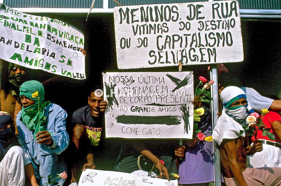 Enterro dos menores de rua da Candelária, Rio de Janeiro. 1993. Foto de Ricardo azoury.