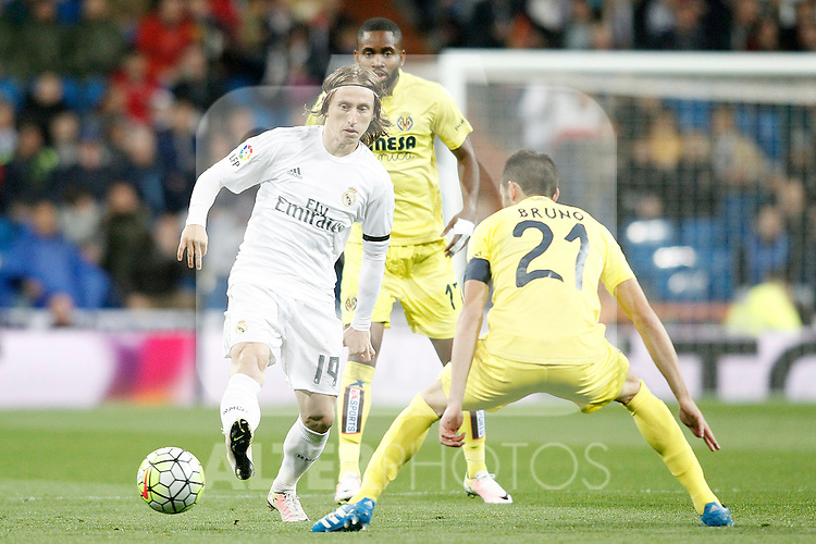 Real Madrid's Luka Modric (l) and Villareal's Cedric Bakambu (c) and Bruno Soriano during La Liga match. April 20,2016. (ALTERPHOTOS/Acero)