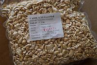 BURKINA FASO, Banfora , Association Wouol Bérégadougou factory for fair trade and organic cashew nut processing, women pack peeled cashew nuts / Association Wouol Bérégadougou Fabrik zur Verarbeitung von Kaschunuessen , FLO fairtrade zertifizierte Bio Cashewnuesse, Verpackung