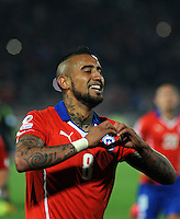 SANTIAGO- CHILE - 15-06-2015: Arturo Vidal jugador de Chile, celebra su segundo gol anotado a Mexico durante partido entre  Chile y México, por la fase de grupos, Grupo A, de la Copa America Chile 2015, jugado en el estadio Nacional Julio Martinez la Ciudad de Santiago. / Arturo Vidal Player of Chile celebrates his second goal scored to  Mexico player during the match between Chile and Mexico, for the group stage Group A of the Copa America 2015 Chile, played at the National Stadium Julio Martinez in Santiago City. Photos: VizzorImage / Alfredo Gutierrez / Cont.