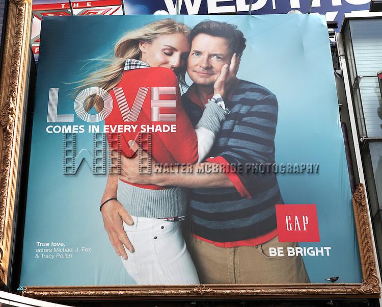 Usa michael j fox tracy pollan gap billboard walter for Michael j fox and tracy pollan love story