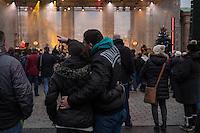 TOGETHER BERLIN - Gedenkkonzert am Brandenburger Tor als Zeichen gegen Terror am Donnerstag den 23. Dezember 2016.<br /> Im Bild: Ein Paar Arm in Arm beim Auftritt der Musiker Tripel L. und Valerio Lombardo.<br /> 23.12.2016, Berlin<br /> Copyright: Christian-Ditsch.de<br /> [Inhaltsveraendernde Manipulation des Fotos nur nach ausdruecklicher Genehmigung des Fotografen. Vereinbarungen ueber Abtretung von Persoenlichkeitsrechten/Model Release der abgebildeten Person/Personen liegen nicht vor. NO MODEL RELEASE! Nur fuer Redaktionelle Zwecke. Don't publish without copyright Christian-Ditsch.de, Veroeffentlichung nur mit Fotografennennung, sowie gegen Honorar, MwSt. und Beleg. Konto: I N G - D i B a, IBAN DE58500105175400192269, BIC INGDDEFFXXX, Kontakt: post@christian-ditsch.de<br /> Bei der Bearbeitung der Dateiinformationen darf die Urheberkennzeichnung in den EXIF- und  IPTC-Daten nicht entfernt werden, diese sind in digitalen Medien nach §95c UrhG rechtlich geschuetzt. Der Urhebervermerk wird gemaess §13 UrhG verlangt.]