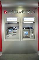extrabanca. Milano. L'istituto bancario dedicato alla popolazione immigrata nel nostro paese..Extrabanca. the bank dedicate to foreign citizens in Italy.