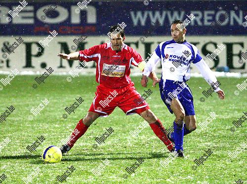 2010-01-17 / voetbal / Hoogstraten VV - KSK Heist / Ondanks de moeilijke weersomstandigheden neemt Peter Meeusen zijn Hoogstraten op sleeptouw.
