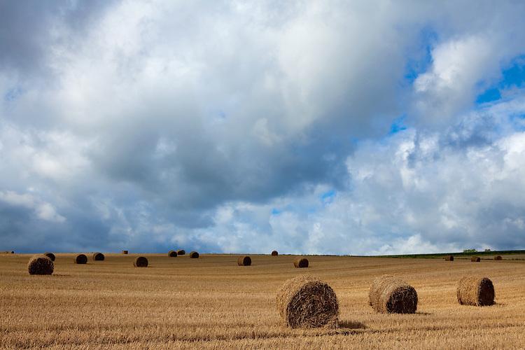Europa, DEU, Deutschland, Hessen, Kellerwald, Bad Zwesten, Agrarlandschaft, Feld, Nach der Getreideernte, Strohballen, Wolkenstimmung, Cumuluswolken, , Kategorien und Themen, Natur, Umwelt, Landschaft, Landschaftsfotos, Landschaftsfotografie, Landschaftsfoto, Wetter, Wetterelemente, Wetterlage, Wetterkunde, Witterung, Witterungsbedingungen, Wettererscheinungen, Meteorologie, Wettervorhersage....[Fuer die Nutzung gelten die jeweils gueltigen Allgemeinen Liefer-und Geschaeftsbedingungen. Nutzung nur gegen Verwendungsmeldung und Nachweis. Download der AGB unter http://www.image-box.com oder werden auf Anfrage zugesendet. Freigabe ist vorher erforderlich. Jede Nutzung des Fotos ist honorarpflichtig gemaess derzeit gueltiger MFM Liste - Kontakt, Uwe Schmid-Fotografie, Duisburg, Tel. (+49).2065.677997, archiv@image-box.com, www.image-box.com]