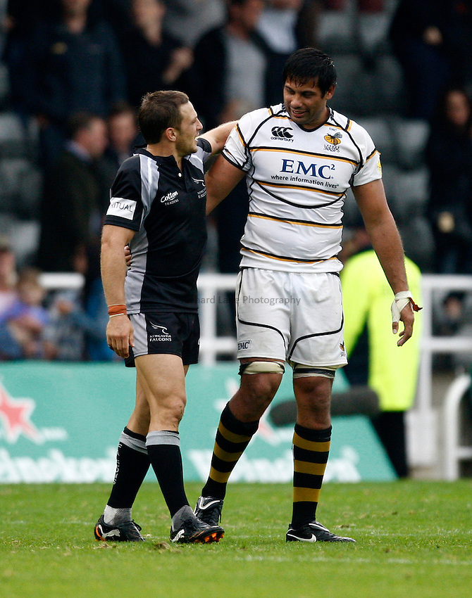 Photo: Richard Lane/Richard Lane Photography. Newcastle Falcons v London Wasps. Aviva Premiership. 02/10/2011. Falcons' Jimmy Gopperth  and Wasps' Ross Filipo after the game.