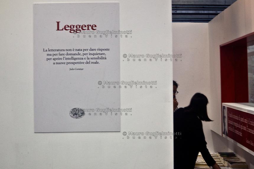 Torino Italia Salone del libro 2014 Leggere , stand Einaudi , ragazza cerca dei libri
