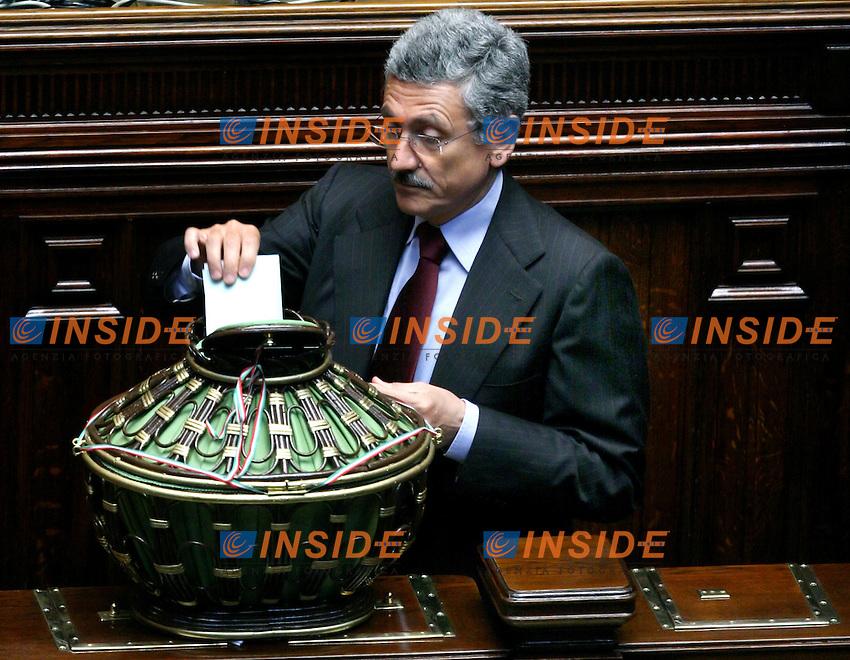 Roma, 29/04/2006 Camera:Votazione per il Presidente<br /> Nella foto Massimo D Alema durante il suo voto<br /> Photo Serena Cremaschi Insidefoto