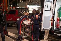 SAO PAULO, SP, 27 DE MAIO DE 2013 - ATROPELAMENTO AV PAULISTA - Por volta das 18:30 uma mulher foi atropelada na altura do MASP na Av Paulista sentido Consolação ocorreu um atropelamento de moto, segundo testemunhas a moto trafegava pelo corredor e ao trasito parar a pedrestre atravessou em sua frente. Um Jeep que passava pelo local parou para prestar socorro.  FOTO: MARCELO BRAMMER / BRAZIL PHOTO PRESS
