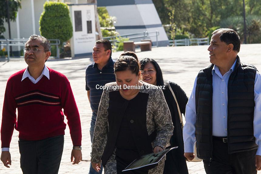Querétaro, 15 de diciembre de 2016.- Integrantes los lideres del SUPAUAQ, que pertenecen al proyecto del maestro Saúl Ugalde, hicieron presencia en las instalaciones de la rectoría de la UAQ para entregar el pliego petitorio para la revisión salarial sin embargo no fueron atendidos por ningún funcionario ya que estos se encuentran de vacaciones.