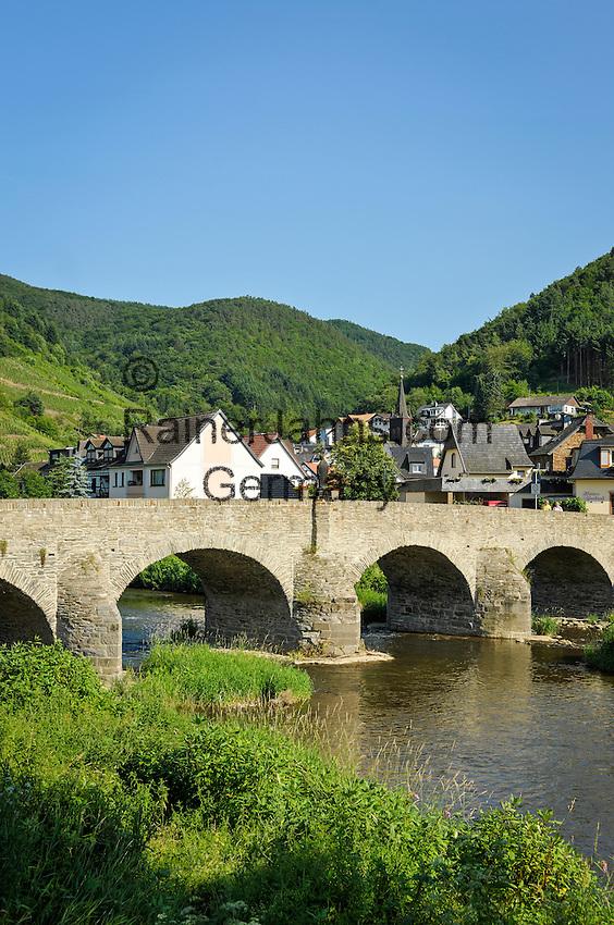 Germany, Rhineland-Palatinate, Ahr-Valley, Rech: with stone arch bridge across river Ahr | Deutschland, Rheinland-Pfalz, Ahrtal, Rech: mit der Nepomuk-Bruecke (Steinbogenbruecke), der aeltesten noch erhaltenen Ahrbruecke