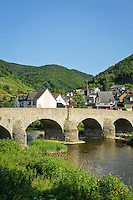 Germany, Rhineland-Palatinate, Ahr-Valley, Rech: with stone arch bridge across river Ahr | Deutschland, Rheinland-Pfalz, Ahrtal, Rech: mit der Nepomuk-Bruecke (Steinbogenbruecke), der aeltesten noch erhaltenen Ahrbruecke