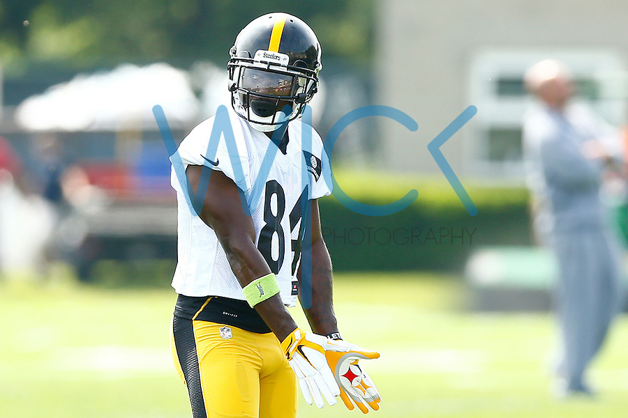 Antonio Brown #84 of the Pittsburgh Steelers dances before running a route during OTA's at the Rooney Sports Complex on the Side Side in Pittsburgh, Pennsylvania on May 26, 2016. (Photo by Jared Wickerham/DKPittsburghSports)