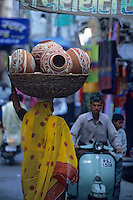 Asie/Inde/Rajasthan/Udaipur : Marchande de poteries