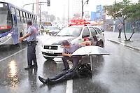 OSASCO, SP - 14.02.2012 - ACIDENTE MOTOQUEIRO - Motoqueiro cai da moto na Avenida dos Autonomistas altura do numero 3900 em Osasco, na Grande SP. A queda pode ter sido causada pela forte chuva que ocorria no momento do acidente. A vitima foi socorrida pelo SAMU e levada ao Hospital Antonio Giglio, no centro de Osasco. (Foto: Renato Silvestre/NewsFree)