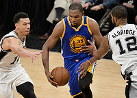 DA111. San Antonio (United States), 11/05/2017.- Golden State Warriors forward Kevin Durant (C) attempts to evade San Antonio Spurs' Danny Green (L) and LaMarcus Aldridge in the second half of game three of their NBA Western Conference Finals playoff basketball game at the AT&T Center in San Antonio, Texas, USA, 20 May 2017. The Golden State won the match. (Baloncesto, Estados Unidos) EFE/EPA/DARREN ABATE