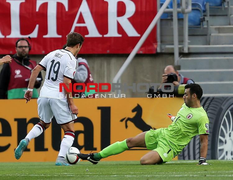 EM 2015 Qualifikationsspiel, Gibraltar vs. Deutschland<br /> Mario G&ouml;tze (Deutschland),Jordan Perez (Gibraltar)<br /> <br /> <br /> Foto &copy; nordphoto /  Bratic
