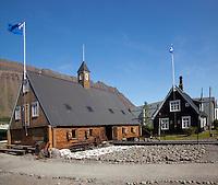 Neðstikaupstaður - safnhús, harðfisk til þerris, Ísafjörður / Nedstikaupstad museum with stockfish drying in front. Isafjordur.
