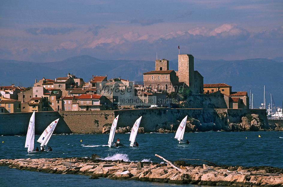 France/06/Alpes Maritimes/ Antibes: Voiliers devant la vieille ville, ses remparts et l'église de l'immaculée Conception
