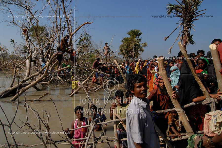 BANGLADESH, Southkhali in district Bagerhat, people await relief goods after the cyclone Sidr which has flooded and destroyed many villages and claimed many victims / Bangladesch, Wirbelsturm Sidr und eine Sturmflut zerstoeren viele Doerfer im Kuestengebiet von Southkhali, Menschen warten auf Ankunft von Hilfsguetern