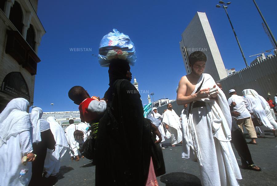 2003. Pilgrims in the city of Mecca, during the hajj. Pélerins dans le centre-ville de La Mecque, pendant le hadj.