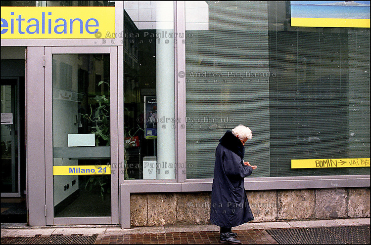 Milano, donna anziana all'uscita da un ufficio postale.<br />