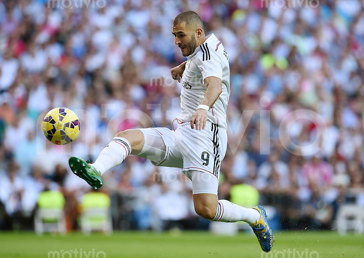 FUSSBALL  INTERNATIONAL  PRIMERA DIVISION  SAISON 2014/2015    9. Spieltag   El Clasico   Real Madrid  - FC Barcelona        25.10.2014 Karim Benzema (Real Madrid) am Ball
