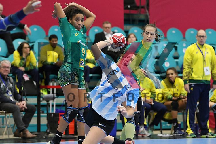 Kolding (DK), 010.12.15, Sport, Handball, 22th Women's Handball World Championship, Vorrunde, Gruppe C, Argentinien-Brasilien : Manuela Pizzo (Argentinien, #05), Ana Belo (Brasilien, #09)<br /> <br /> Foto &copy; PIX-Sportfotos *** Foto ist honorarpflichtig! *** Auf Anfrage in hoeherer Qualitaet/Aufloesung. Belegexemplar erbeten. Veroeffentlichung ausschliesslich fuer journalistisch-publizistische Zwecke. For editorial use only.